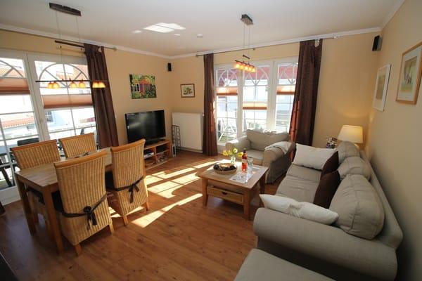 Gemütliches Wohnzimmer mit Zugang zu zwei Balkonen