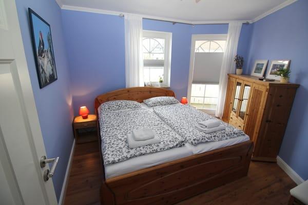 Blaues Schlafzimmer mit Doppelbett