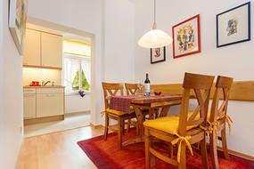 Die Küchenzeile ist optisch vom Wohnzimmer getrennt.
