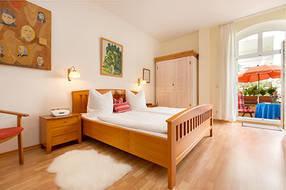 Im großen Schlafzimmer kann im Kinderreisebettchen für ein Kind aufgebettet werden.