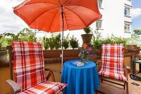 Der möblierte Balkon schaut nach Südwesten. Zudem steht Ihnen am Strand von Mai bis September ein Strandkorb kostenfrei zur Verfügung.