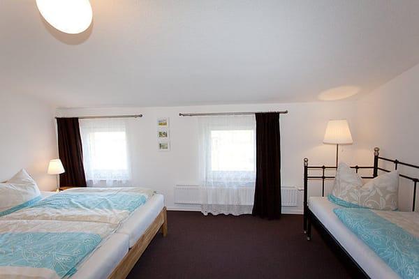 separates Schlafzimmer mit grossen Doppelbett und Daybed