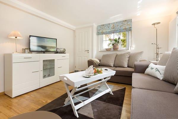 Das schöne helle Wohnzimmer hat einen großen Flachbild-TV, DVD-Player und Radio mit CD-Player.