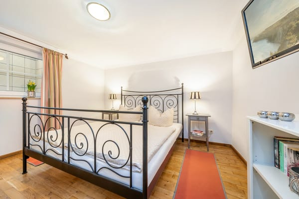 Da die Fewo gegen einen Berg gebaut ist, hat das Schlafzimmer einen Lichtschacht vorm Fenster und keine Aussicht.