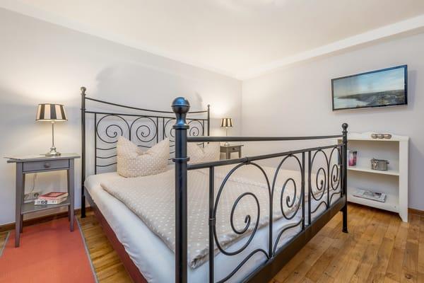 Das Schlafzimmer hält für Sie ein TV-Gerät, ein großes Doppelbett (180x200cm) ...