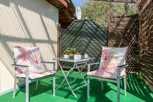 Die Terrasse ist teilweise überdacht. Einen Sonnenschirm gibt es natürlich auch.