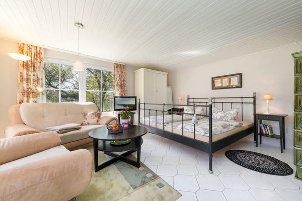 Das Doppelbett ist komfortable 1,80 m breit. Ein Reisebettchen für ein Baby kann bereitgestellt werden.