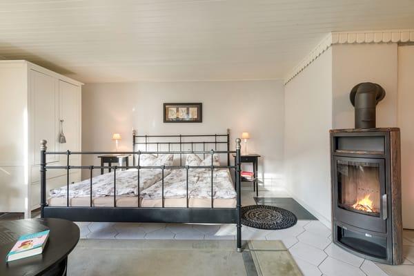 Das Doppelbett ist komfortable 1,80 m breit.