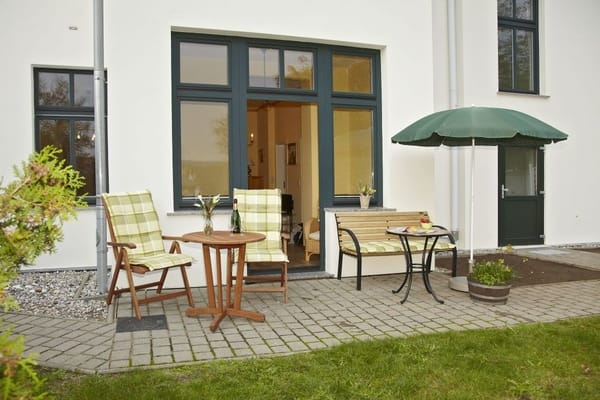Sitzbereich im Garten des Hauses