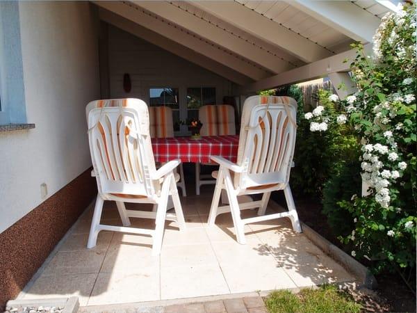Überdache Sitzecke im Garten zu Ihrem Ferienhaus