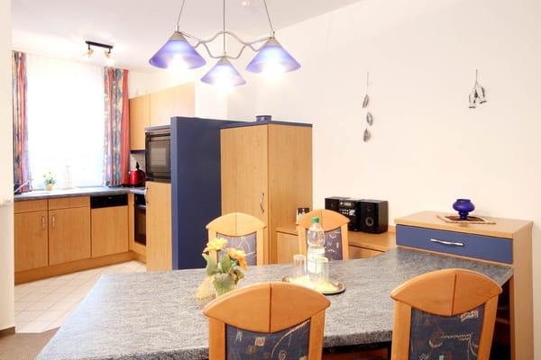 Küchenzeile mit separatem Eßplatz (Bild 2)