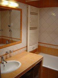 Bad mit Wanne, WC, Bidet