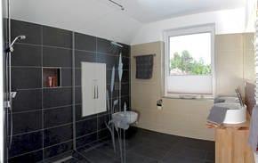 Im modernen Badezimmer wartet eine großzüge ebenerdige Dusche auf Sie.  Ein kostenloser Parkplatz befindet sich direkt am Haus.