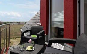 Erleben Sie vom Wohnbereich oder dem angrenzenden Balkon bei einem Glas Wein, einem spannenden Buch oder beim gemütlichen Relaxen auf dem Sofa romantische Sonnenuntergänge.