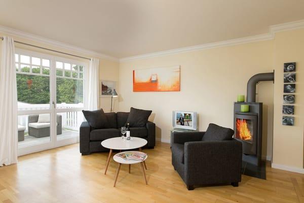 Wohnbereich mit Zugang zum Südwestbalkon, LED-TV, Kaminofen & Musik-Anlage
