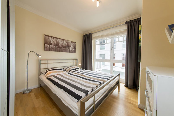 Schlafzimmer mit großzügigem Kleiderschrank und Kommode