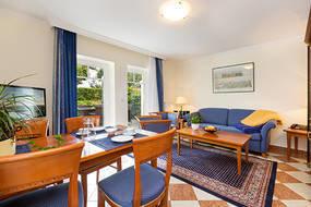 Hier der Blick in das Wohnzimmer mit Austritt zur Terrasse. Die Terrasse liegt zur Seeseite (ohne SeeBlick) und ist komfortabel möbliert.