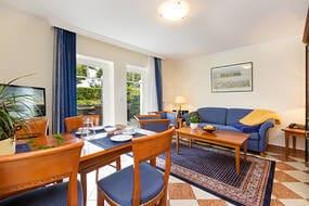 Hier der Blick in das Wohnzimmer mit Austritt zur Terrasse. Die Terrasse liegt zur Seeseite (ohne MeerBlick) und ist komfortabel möbliert.