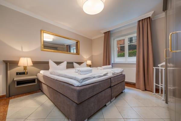 Das Elternschlafzimmer mit Doppelbett, Verdunkelungsgardinen und großem Kleiderschrank.
