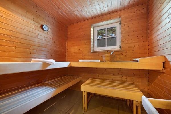 Für Hausgäste ist ein Relaxbereich mit Sauna ...
