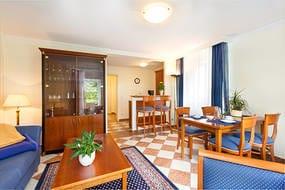 Im Wohnzimmer haben Sie einen großen Flachbild-TV, kostenfreien WLAN-Anschluß und einen großzügigen Eßbereich.