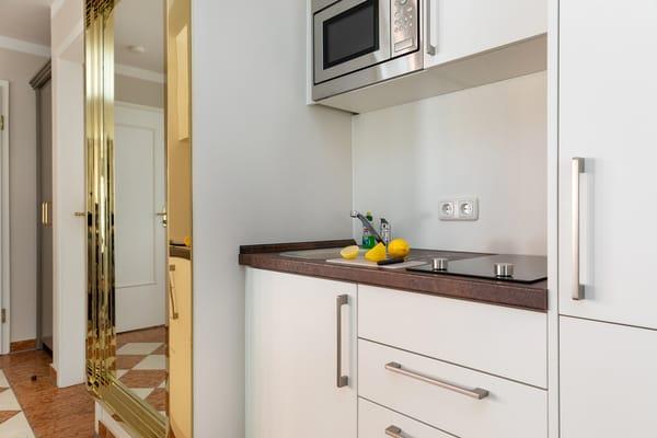 Die Küchenzeile bietet Ihnen 2-Platten-Herd, Mikrowelle, Geschirrspüler, Kühlschrank mit Eisfach, Kaffeemaschine, Toaster und Wasserkocher.