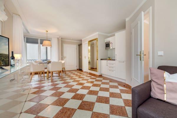 Hier der Blick zur kleinen Küchenzeile.
