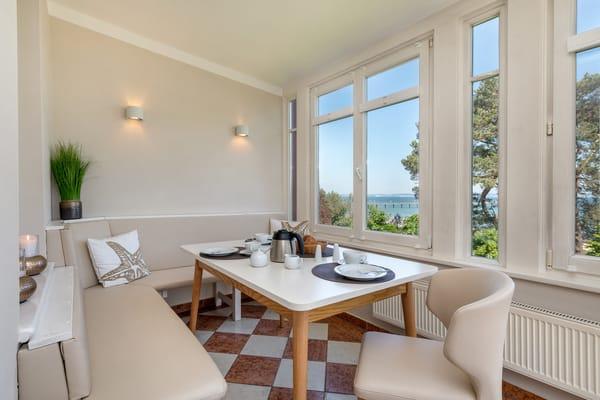 Herzlich willkommen am Meer! Die große Loggia bietet einen schönen Ausblick und einen komfortablen Eßplatz.