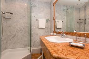 Das Marmorbad mit Echtglasdusche und WC.