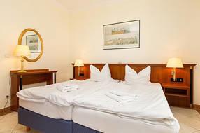 Das Schlafzimmer hat Doppelbett und Schrank.