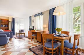 Das schöne helle Wohnzimmer bietet ...