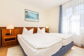 Hier der Blick in das Schlafzimmer mit Doppelbett und Kleiderschrank.