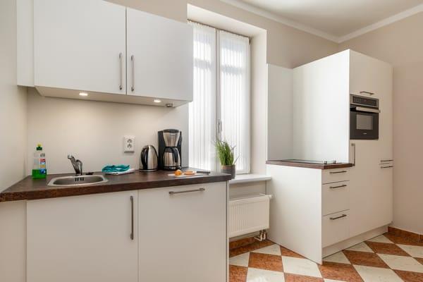 Die separate Küche hat eine Küchenzeile mit Geschirrspüler, 2-Platten-Cerankochfeld ...