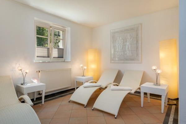 Den Hausgästen steht im Erdgeschoß der Villa kostenfrei eine Sauna mit Relaxbereich und Dusche zur Verfügung.