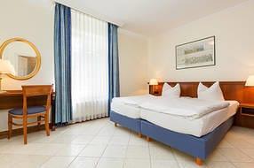 Das große Schlafzimmer hat ein Doppelbett ...