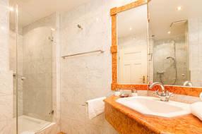 Das schöne Marmorbad mit Echtglasdusche und WC.
