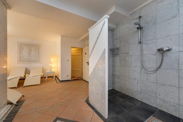... mit Dusche und Ruhebereich zur Verfügung.