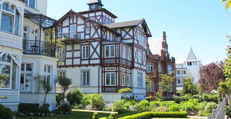 Die Strandvilla Quisisana in Binz ist direkt am Badestrand gelegen.