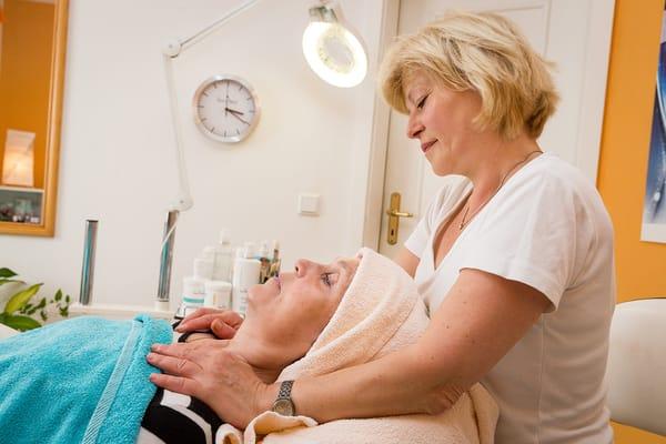 Ein Kosmetik- und Massagestudio im Hause erwartet gern Ihren Besuch.