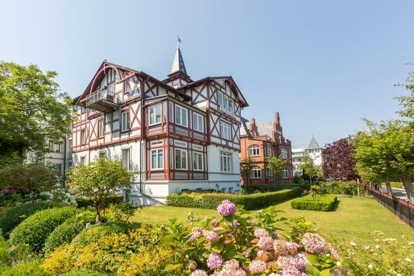 Die Strandvilla Quisisana liegt direkt am Badestrand von Binz.