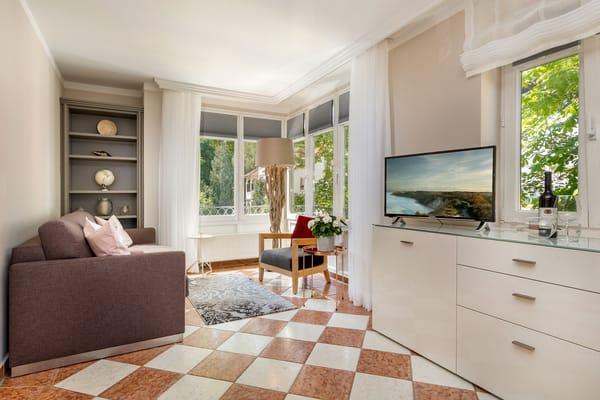 Im Wohnzimmer sind Stereoanlage und Flat-TV vorhanden.