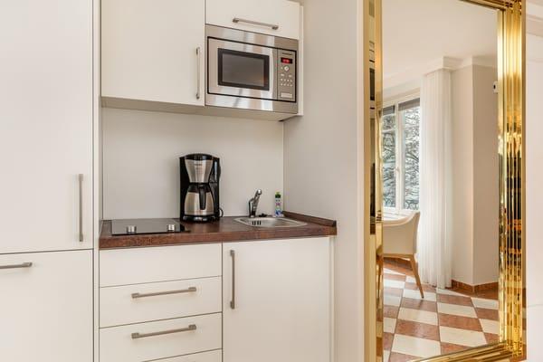 Hier der Blick zur Küchenzeile mit Geschirrspüler, Mikrowelle etc.