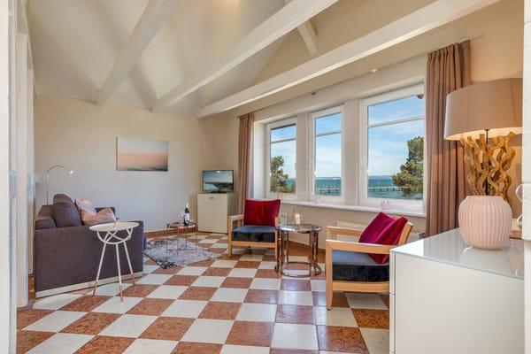 Herzlich willkommen im Penthouse der Strandvilla Quisisana! Die Wohnung befindet sich unter dem charakteristischen Türmchen der Villa.