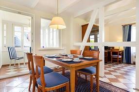 Hier der Blick vom großzügigen Eßplatz zur Loggia, in der sich ebenfalls Tisch und Stühle befinden.