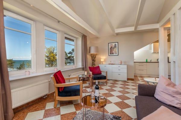 Das Wohnzimmer hat einen traumhaften Ausblick auf das Meer. Auf der Couch kann für 1-2 Personen aufgebettet werden.