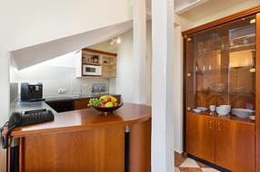 Die Küchenzeile ist u.a. mit Geschirrspüler und Backofen ausgestattet.