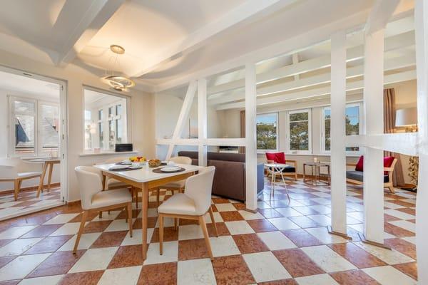 Der komfortable Eßplatz im Wohnzimmer. Links im Bild der Durchgang zur kleinen Loggia.