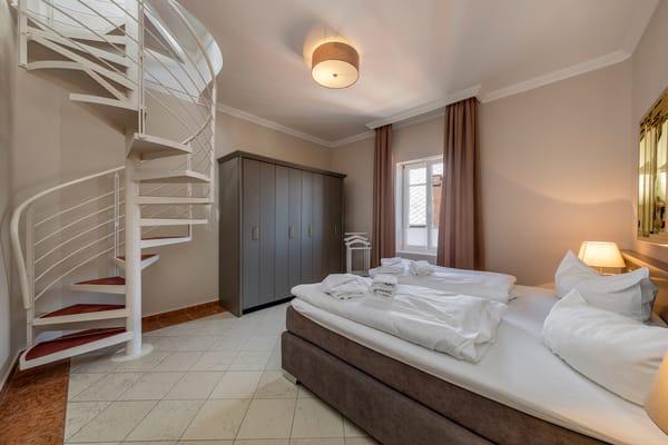 Eine Wendeltreppe führt vom Schlafzimmer in das Türmchen.