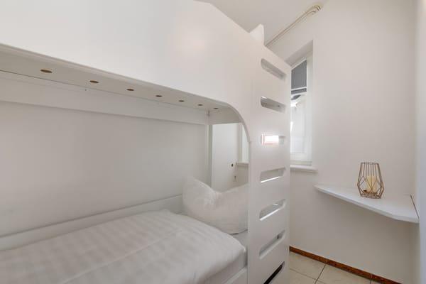 Das kleine Kinderzimmer mit Etagenbett (Liegeflächen 0,70 x 1,80m) und Plissee am Fenster.