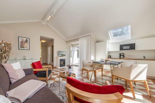 Das große Wohnzimmer hat Flat-TV, Radio, einen elektrischen Kamin, Eßplatz und Küchenzeile.